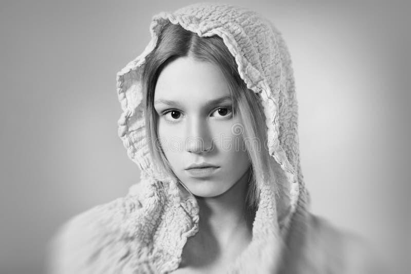 Menina natural preto e branco imagens de stock