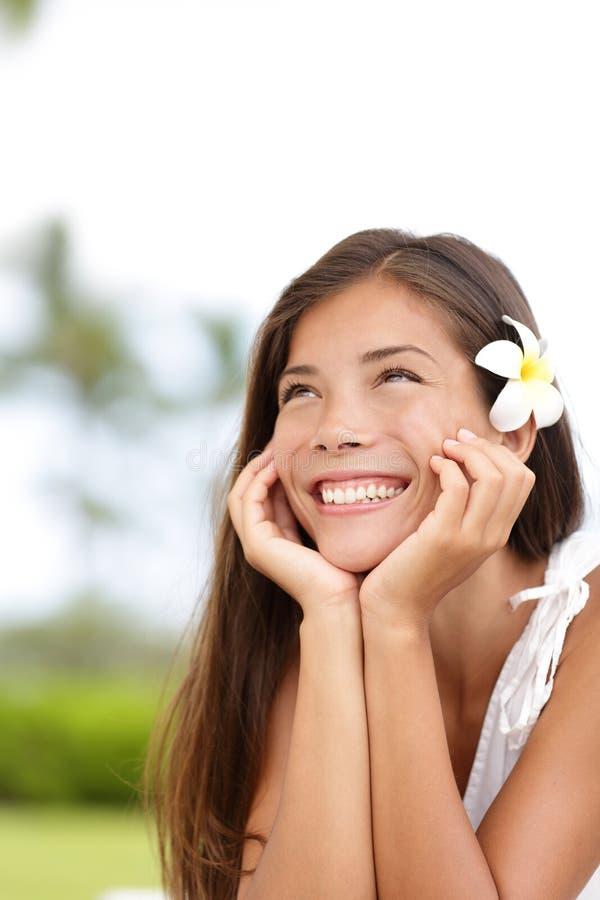Menina natural que sorri e que sonha acordado bonito feliz foto de stock