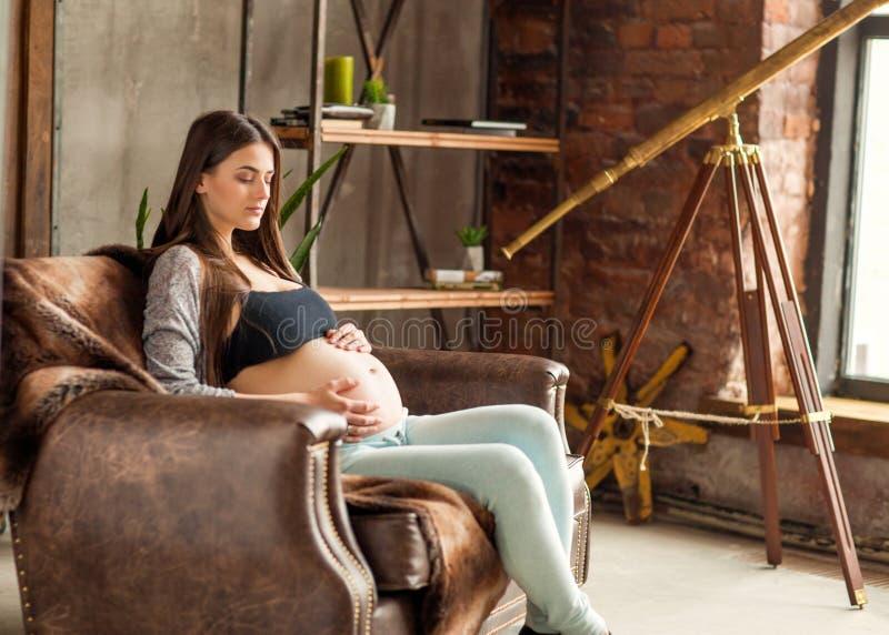 Menina no afago grávido do amor, bebê de espera fotografia de stock royalty free