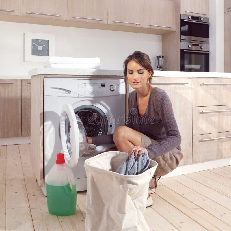 Menina no ASM da lavandaria imagens de stock royalty free