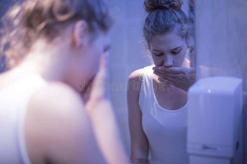 Menina no banheiro imagem de stock