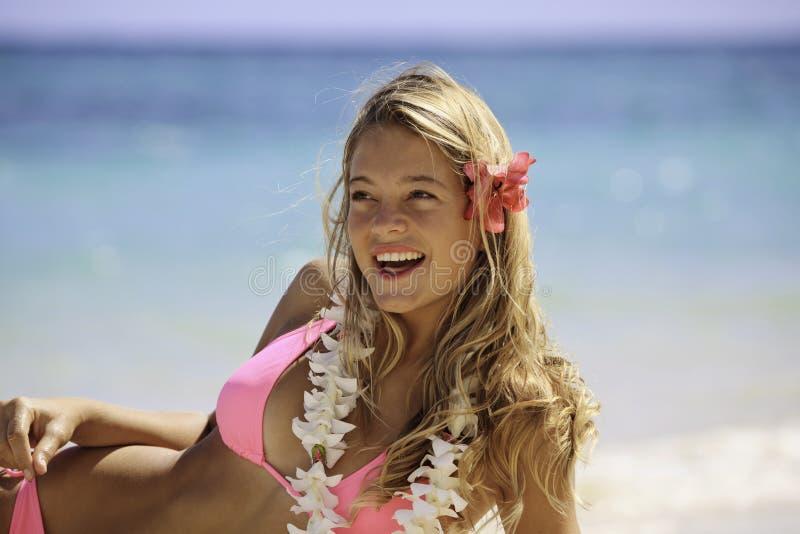 Menina no biquini cor-de-rosa na praia imagens de stock