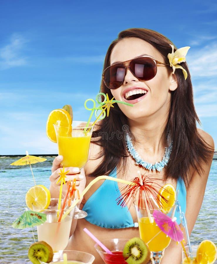 Menina no biquini na praia. fotografia de stock