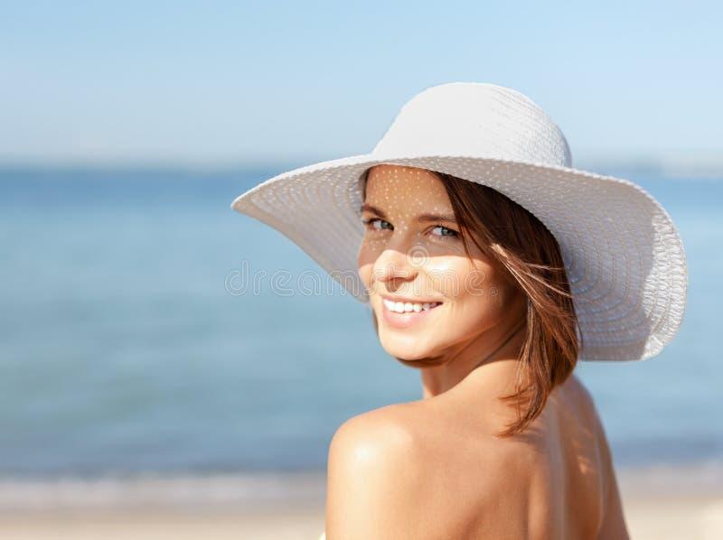 Menina no biquini que está na praia foto de stock