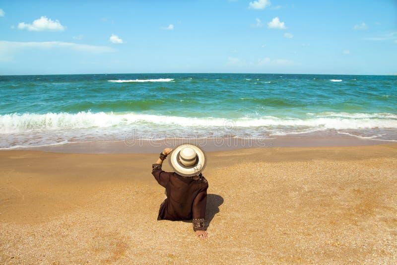 Download Menina na praia foto de stock. Imagem de azul, outdoors - 29833828