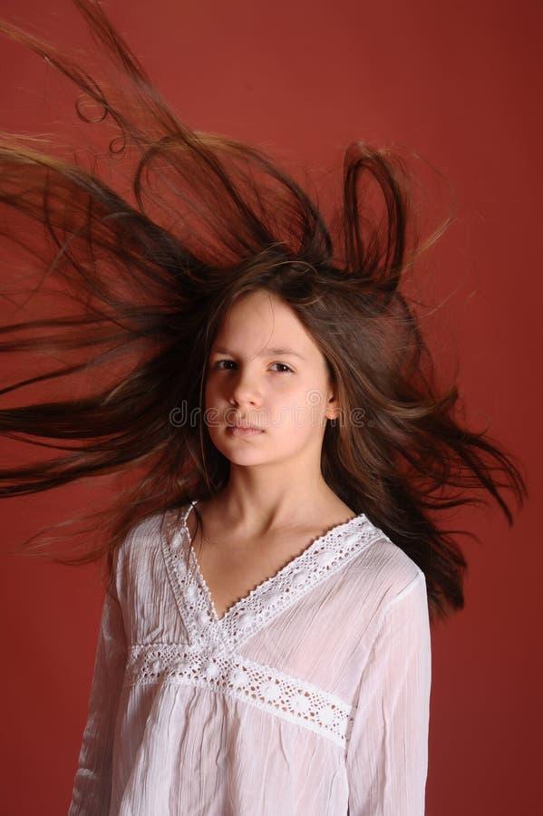 Menina no cabelo do voo do vento foto de stock