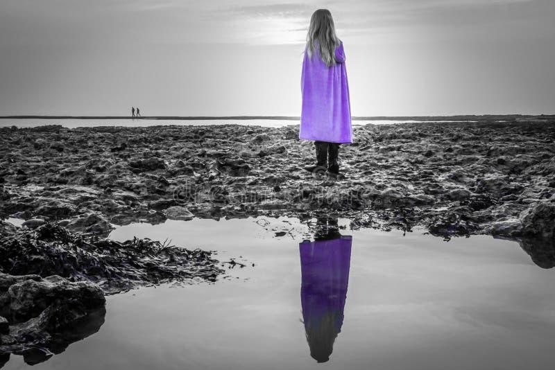 Menina no cabo roxo fotografia de stock