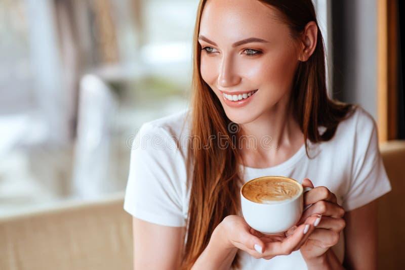 Menina no café com capuccino imagens de stock royalty free