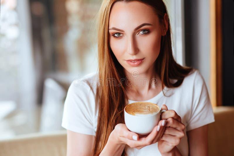 Menina no café com capuccino imagem de stock royalty free