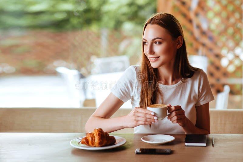 Menina no café com capuccino fotos de stock royalty free