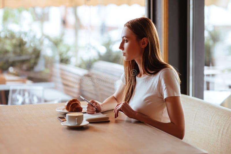 Menina no café com capuccino foto de stock