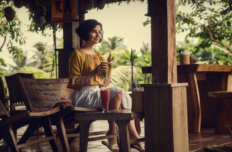 A menina no café em Ubud Viagem de Bali Menina com fresco Curso fotografia de stock royalty free