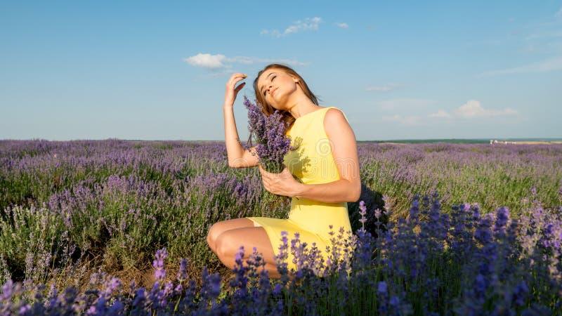 Menina no campo da alfazema no amarelo imagens de stock