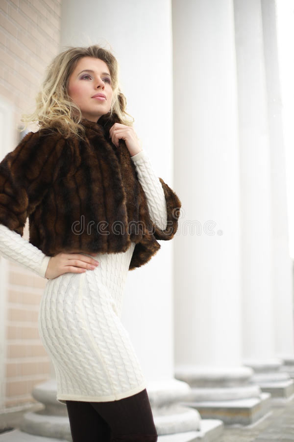 Menina no casaco de pele imagem de stock