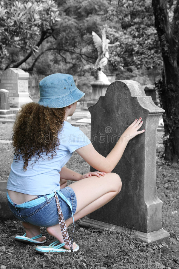 Menina no cemitério 1 imagens de stock royalty free