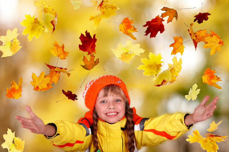 Menina no chapéu alaranjado do outono com folhas amarelas. imagens de stock