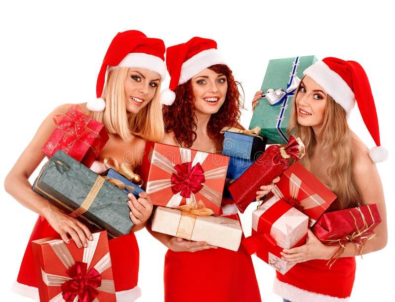Menina no chapéu de Santa que guarda a caixa de presente do Natal imagens de stock royalty free