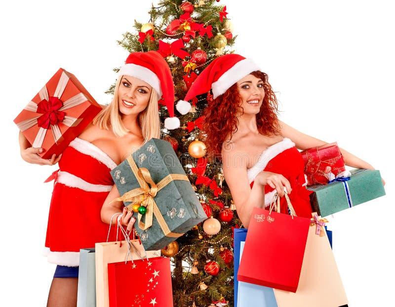 Menina no chapéu de Santa que guarda a caixa de presente do Natal foto de stock royalty free