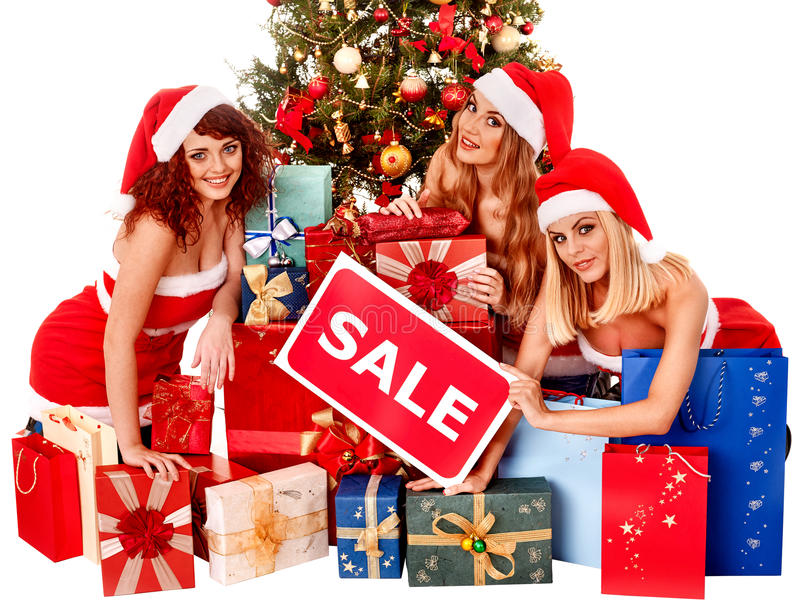 Menina no chapéu de Santa que guarda a caixa de presente do Natal foto de stock