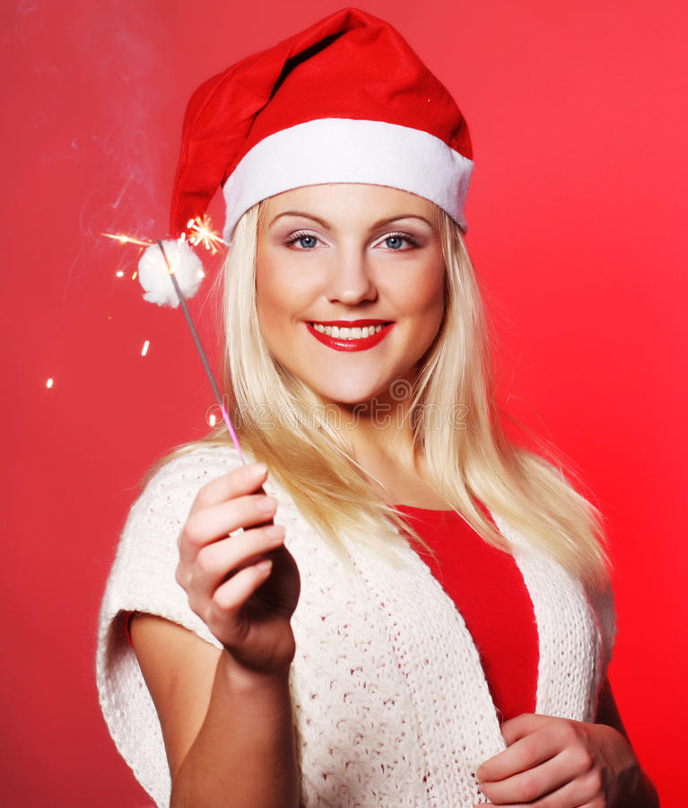 Menina no chapéu de Santa que guardara sparklers fotos de stock royalty free