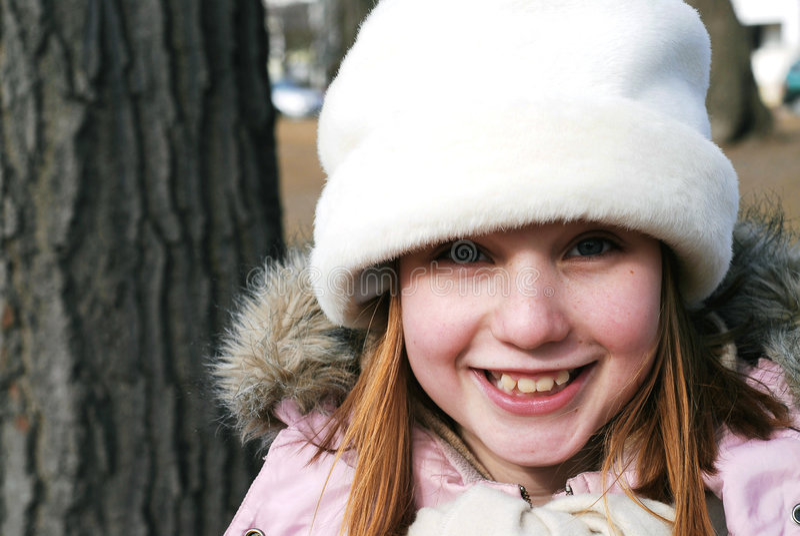 Menina no chapéu do inverno imagens de stock royalty free
