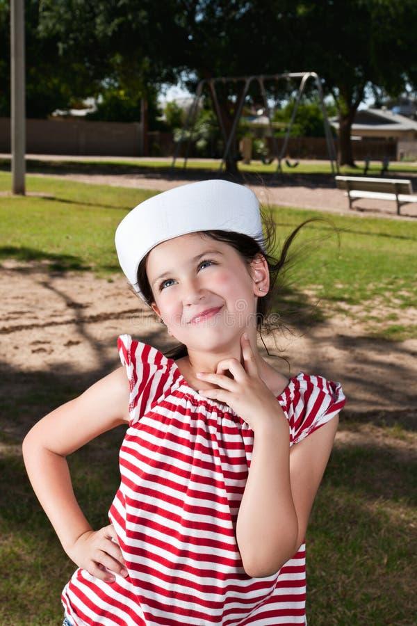 Menina no chapéu do marinheiro imagens de stock royalty free