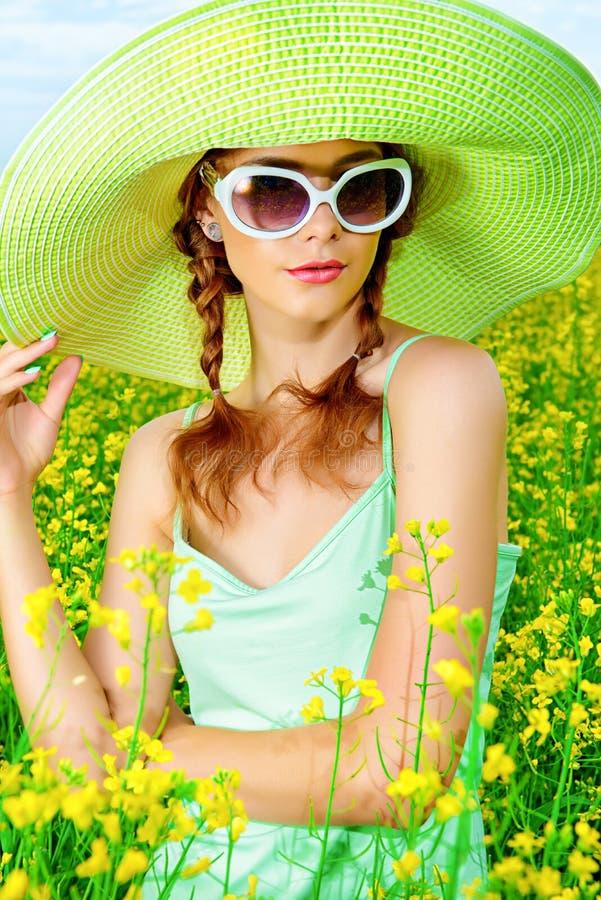 Menina no chapéu do verão imagem de stock royalty free