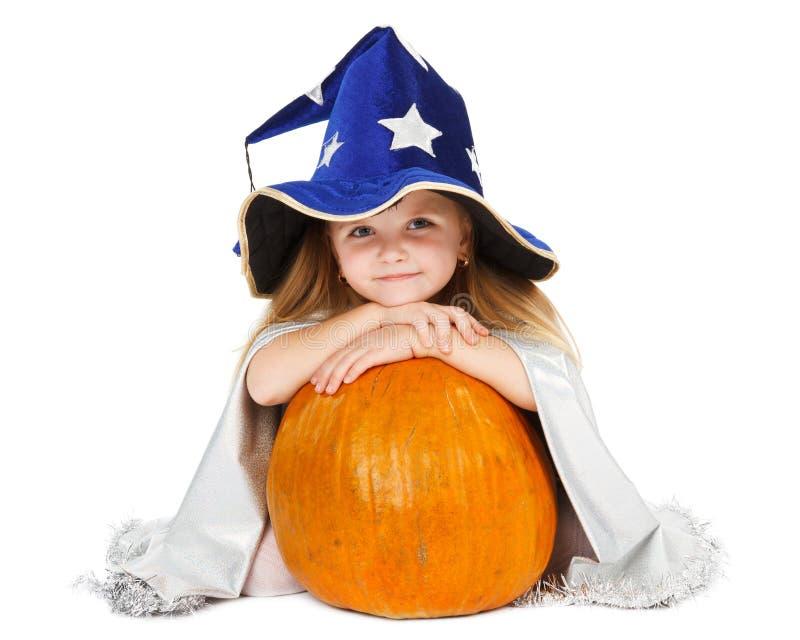Menina no chapéu e na abóbora azuis da bruxa imagens de stock royalty free