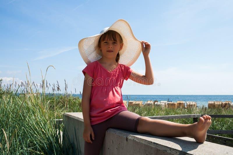 Menina bonito no chapéu na praia fotografia de stock