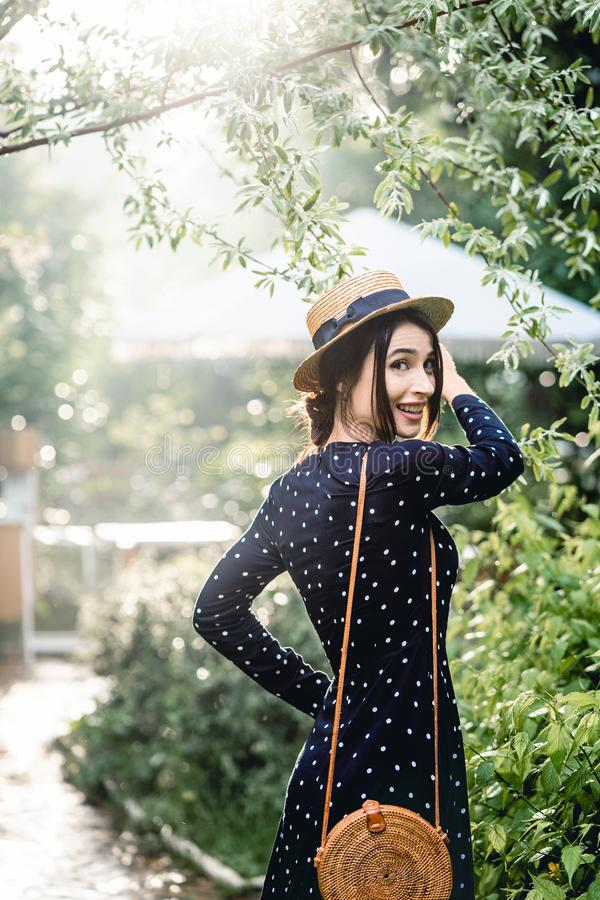 Menina no chapéu que levanta na câmera fotos de stock royalty free