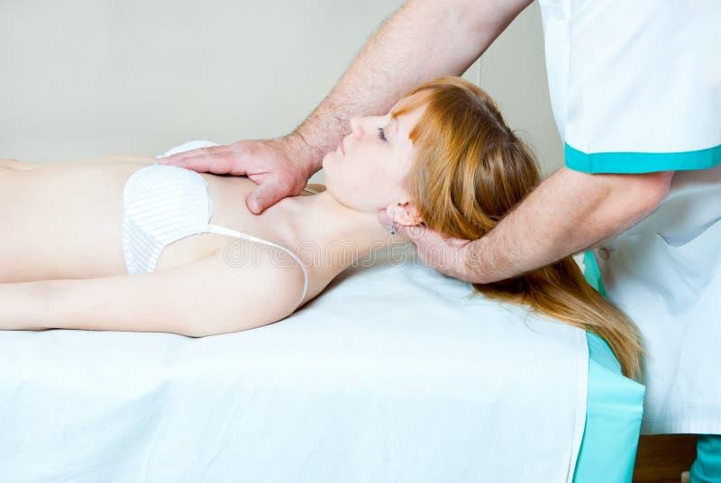 A menina no chiropractor imagem de stock royalty free