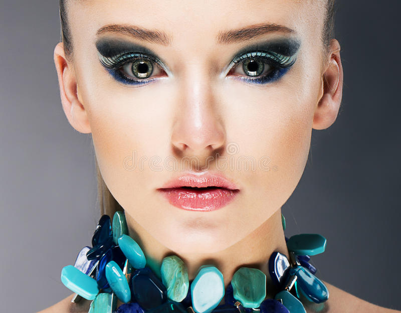 Mulher segura glamoroso no fim Semi precioso da colar de turquesa acima fotos de stock