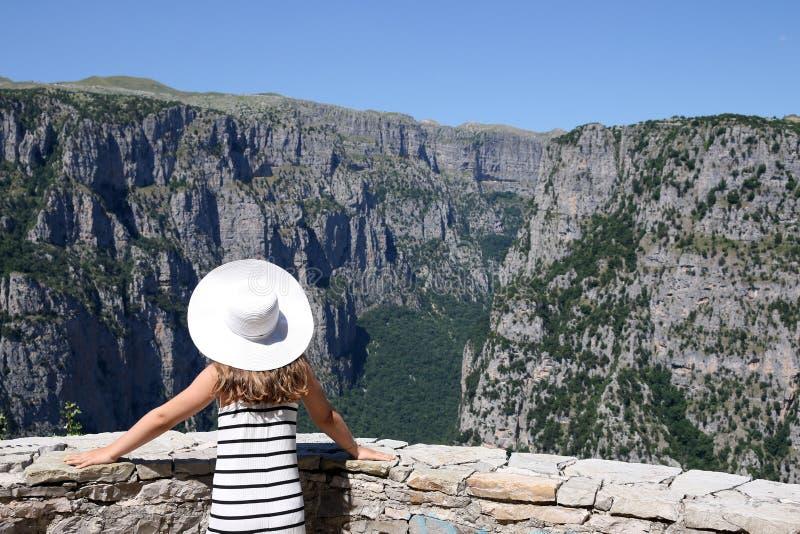 Menina no desfiladeiro de Vikos do ponto de vista fotografia de stock royalty free