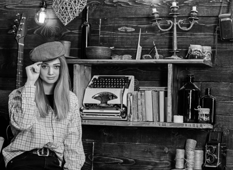 Menina no equipamento ocasional com o kepi no interior de madeira do vintage A senhora na cara calma na roupa da manta olha bonit fotos de stock royalty free