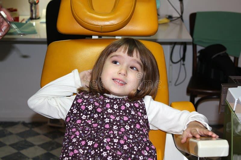 Menina no escritório do dentista imagens de stock royalty free