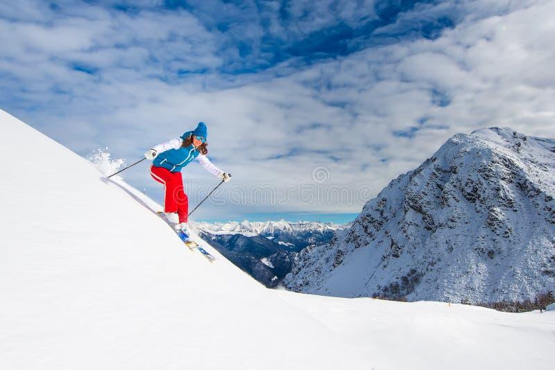 Menina no esqui da fora-pista imagens de stock