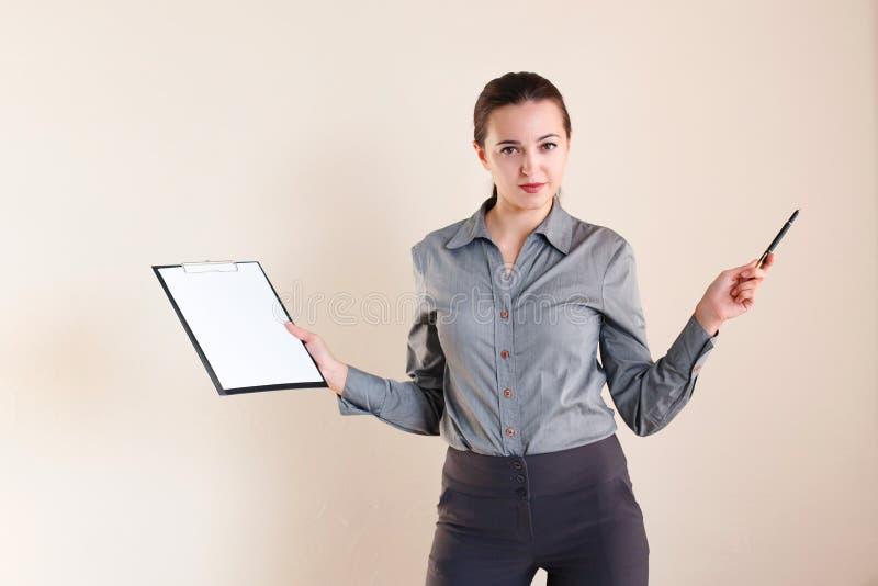 Menina no estilo do negócio com um dobrador fotos de stock