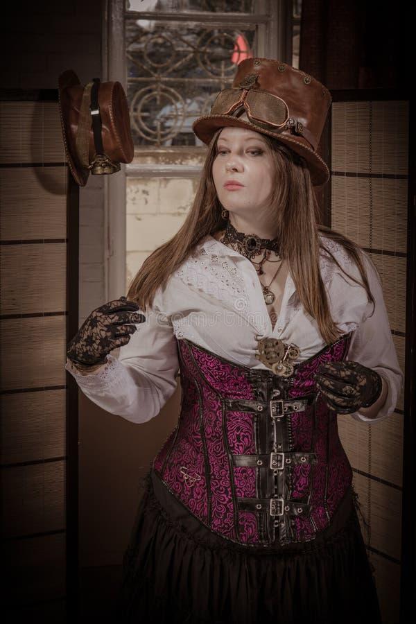 Menina no estilo do steampunk do traje e dos acessórios foto de stock
