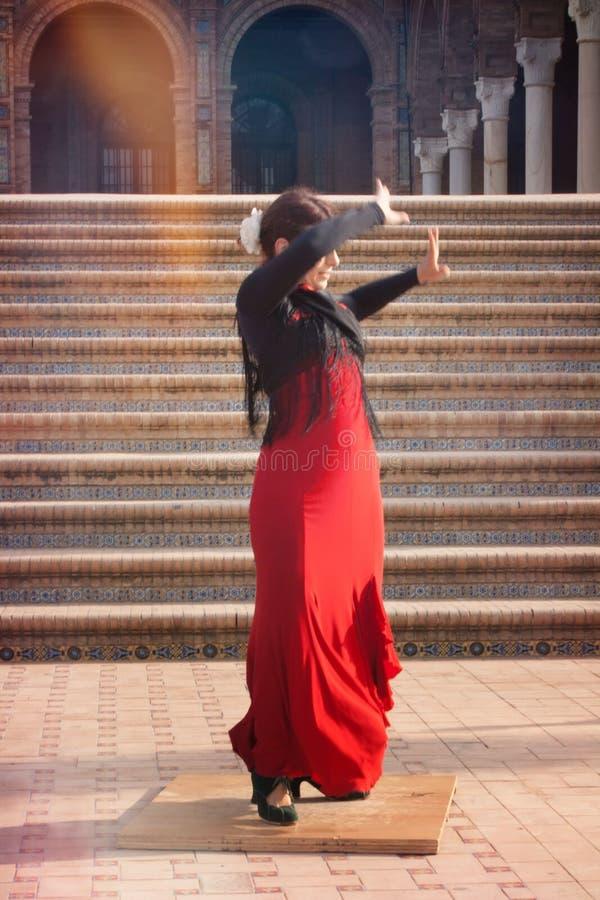 Menina no flamenco da dança da rua fotos de stock