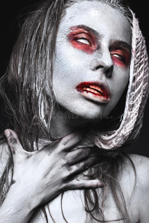 Menina no formulário dos zombis, cadáver de Dia das Bruxas com sangue em seus bordos Imagem para um filme de terror imagem de stock