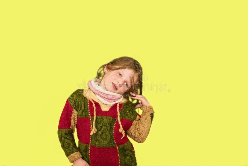 Menina no fundo colorido Copie o espaço A moça está vestindo o vestido florescido Menina com rabos de cavalo laterais macio imagem de stock