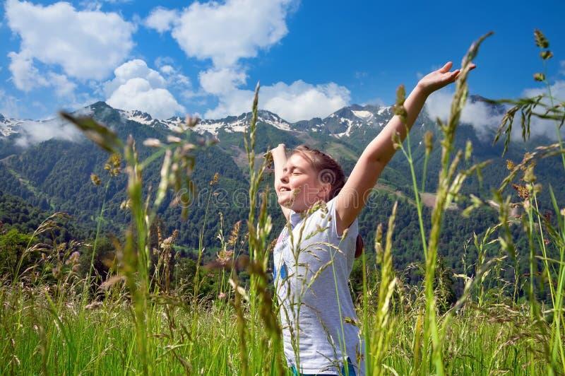 Menina no fundo de montanhas bonitas imagem de stock royalty free