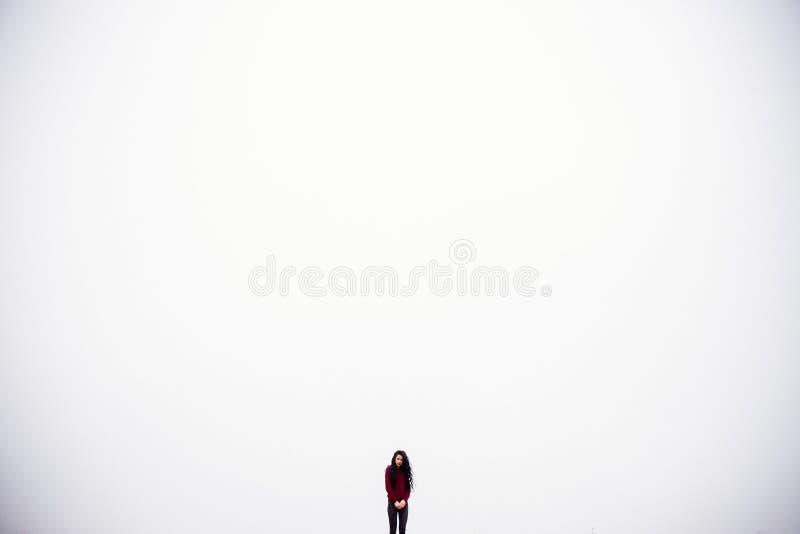 Menina no fundo do céu fotografia de stock
