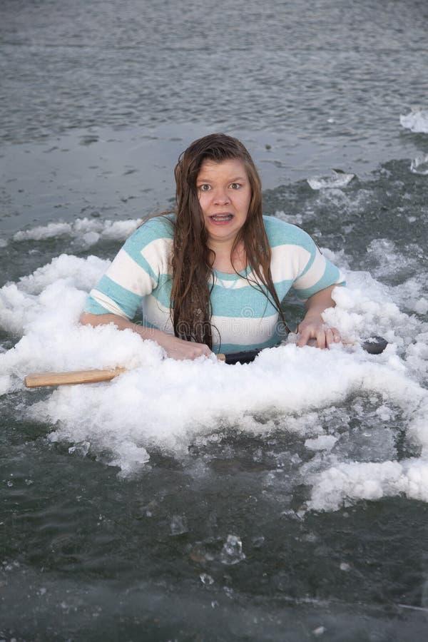 Menina no furo do gelo assustado foto de stock