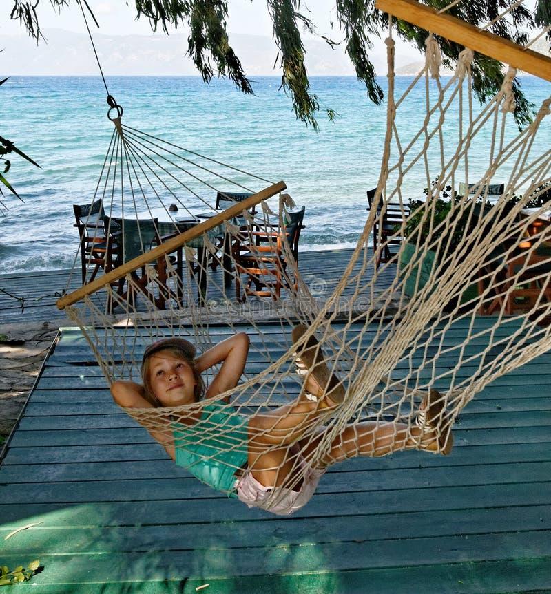 Menina no hammock da corda imagens de stock royalty free