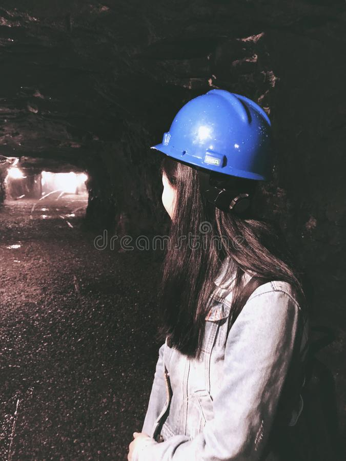 A menina NO Interior do museu da mina de carvão 9 imagem de stock