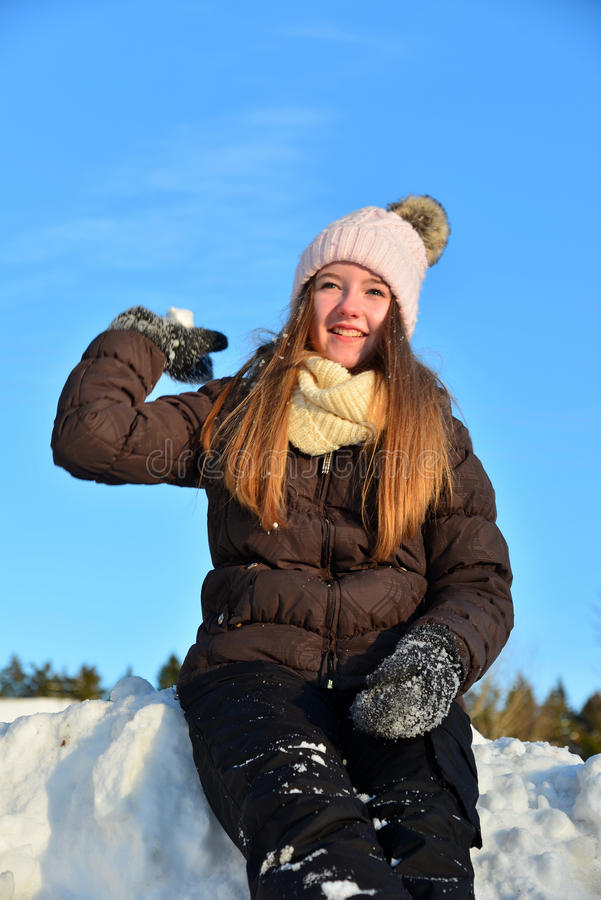 Menina no inverno da neve foto de stock