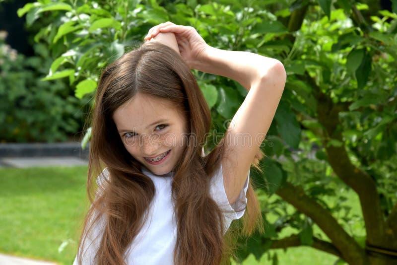 Menina no jardim foto de stock
