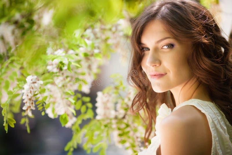Menina no jardim de florescência fotos de stock royalty free