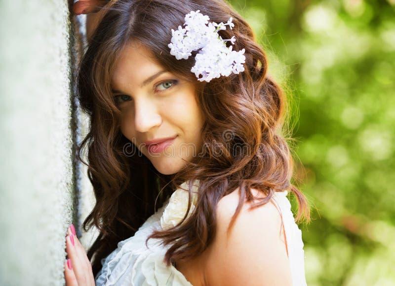 Menina no jardim de florescência fotografia de stock